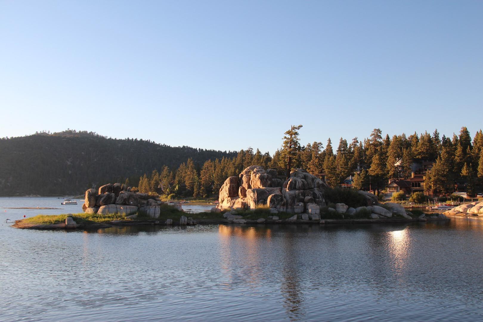 大熊湖是美国南加州圣贝纳迪诺国家森林(San Bernardino National Forest)里的一个小小的城市和湖泊。我们是沿着330号弯弯曲曲的山路开车上去的。