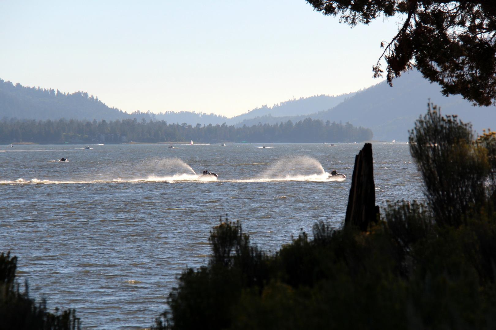 大熊湖城长住人口只有5千,每个周末的游客却有10万之众。是南加州排名第一的山区休闲地。