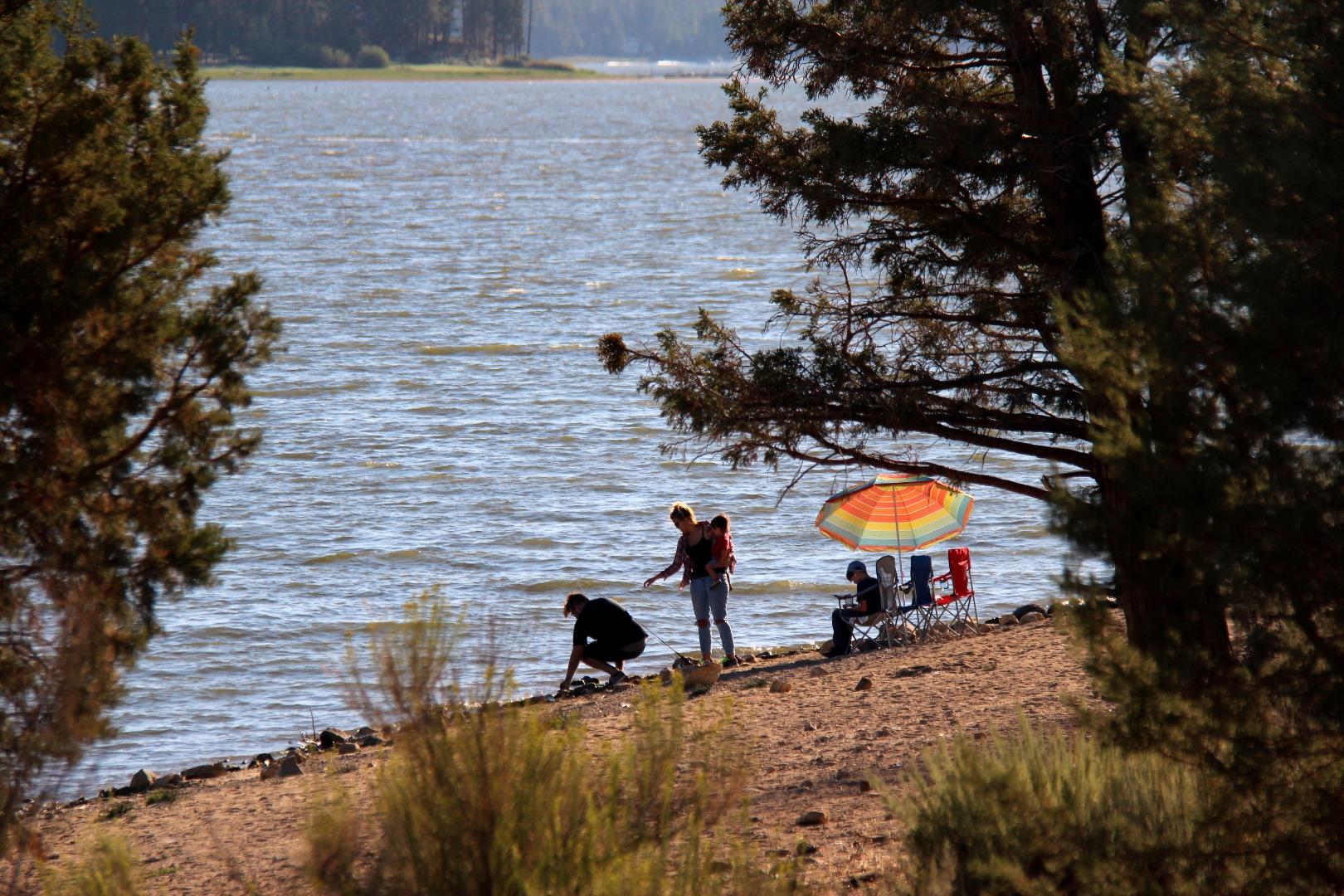 大熊湖有七英里长,一英里宽。常见的活动有钓鱼,游泳,划船,野餐,晒太阳,徒步爬山,骑马骑车骑摩托艇。