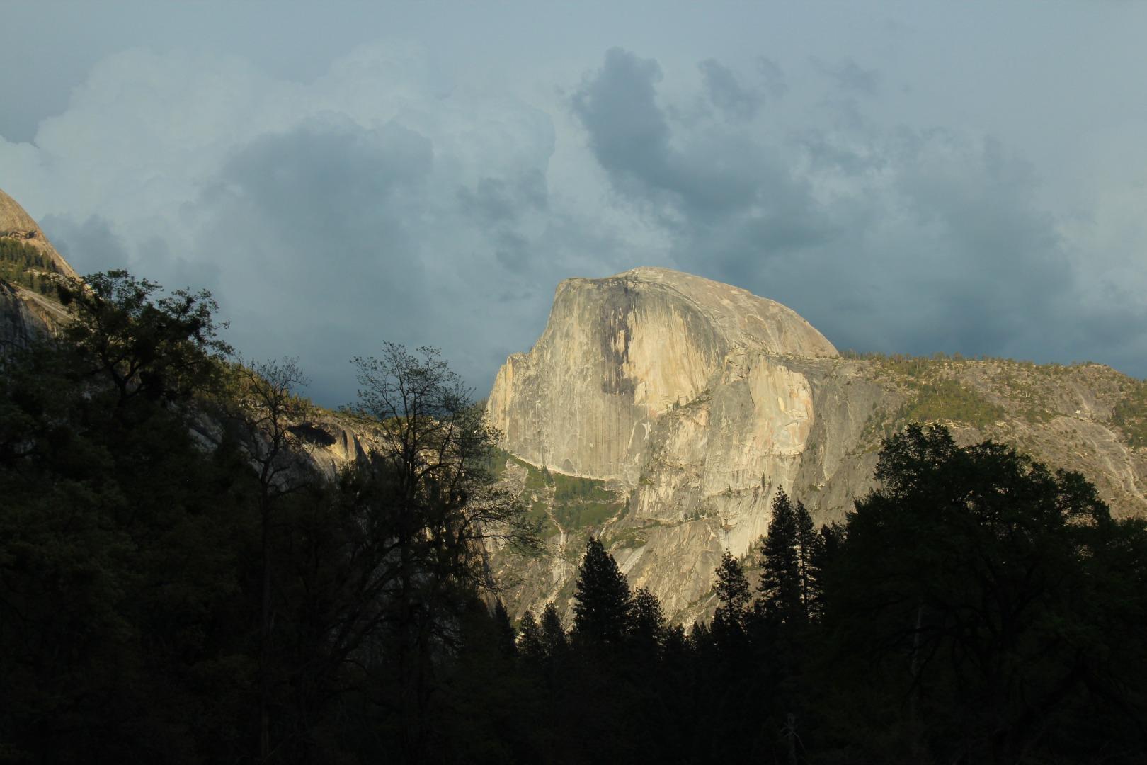 半圆顶是优胜美地的标志性景点,为花岗岩圆顶,高4800英尺/1460米。