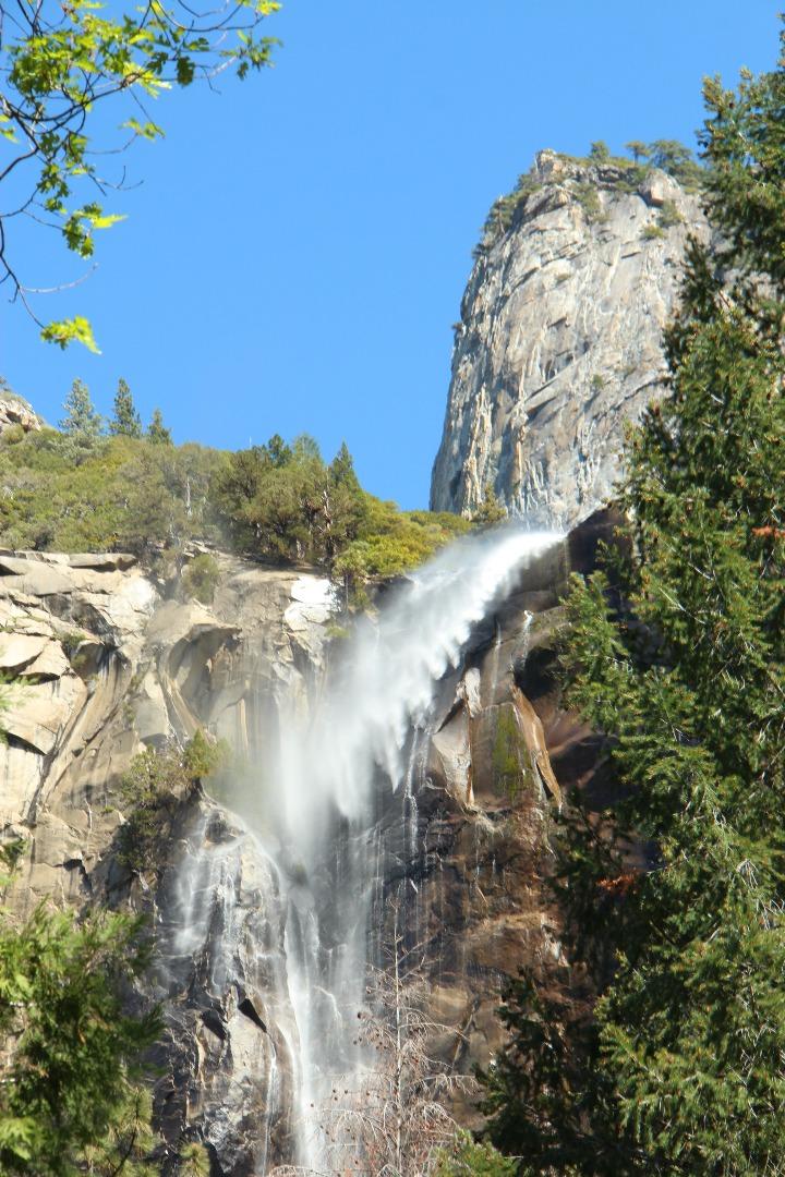 新娘面纱瀑布。优山美地有数百个瀑布,这是最漂亮的一个。