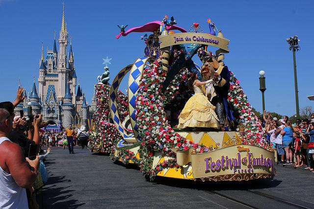 ★★★★★★(下午三点开始,持续12分钟) 迪士尼最经典的大游行,可以看到可爱的卡通人物,米奇和米妮,唐老鸭等最经典的形象,和其他耳熟能详的卡通形象;当然还可以看到迪士尼各位著名的公主与王子