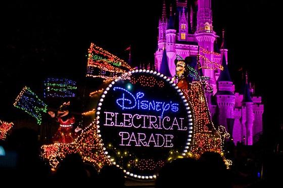 ★★★★★★(一般一天有两场,都在晚上,每场20分钟) 电光游行,无论是花车还是演员身上都是Led灯,很漂亮,估计只有在MK能看到了。