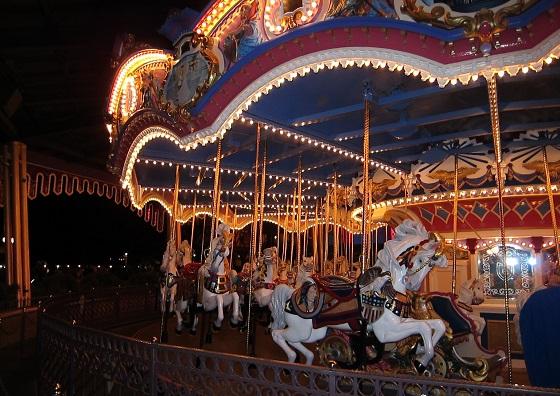 很梦幻的旋转马车,虽然需要排队,可是一场能上很多人,很快就能坐上。
