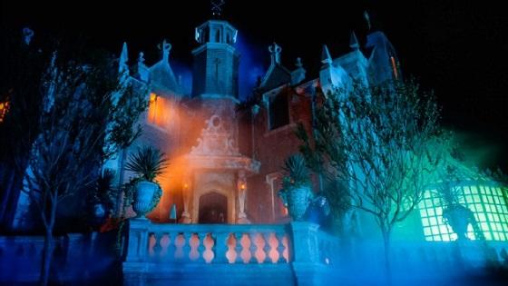 Haunted Mansion是个鬼屋,这个超好玩,虽然进去后气氛很诡异,但是幸好没有突然蹦出来吓得人心脏狂跳的环节。有很多高科技的视觉效果让你大开眼界。
