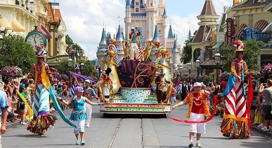 ★★★★(一天一般有三场,一场35分钟) 迪士尼的游行大PARTY,同样是经典迪士尼角色的游行,但是更偏重于游客参与其中,一起热舞。