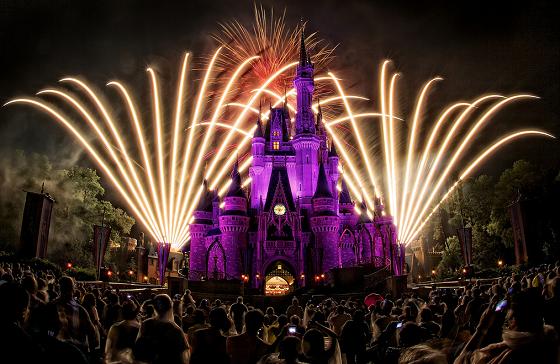 """游览的重中之重!!!一定要看:Wishes nighttime spectacular ★★★★★★★★★  一般一天一场,持续12分钟。  站在城堡前,可以结合着迪士尼经典音乐,城堡变换的灯光以及绚烂多彩的烟花欣赏,看过无数遍,站在不同的观赏位置,心中的感动确是不变的。烟花记得分为三个章节,最后一个章节的结尾回想起烟花的主题曲""""wishes""""旋律到现在也记得清清楚楚。  不过注意的是,要观赏烟花,一定要提前至少二十分钟在城堡前等待,烟花秀前十分钟会有一个城堡秀(Celebrate the magic),也非常精彩。"""